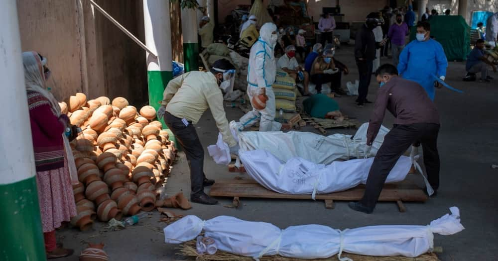 Families are lining up with their dead bodies in the already overwhelmed crematoriums. Photo: Aljazeera.