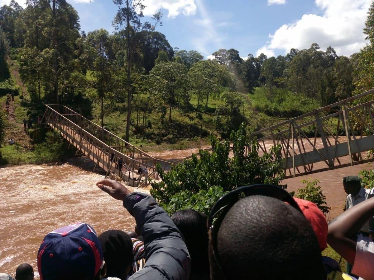 Alfred Mutua, gavana wa Kisii wanusrurika kifo huku daraja likiporomoka wakipiga 'seflie'