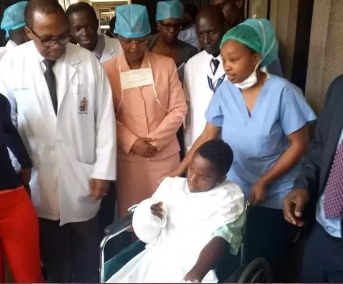 Mvulana wa miaka 17 kutoka Kiambu ambaye mkono wake ulikarabatiwa na hospitali ya Kenyatta akwama kutokana na bili kubwa