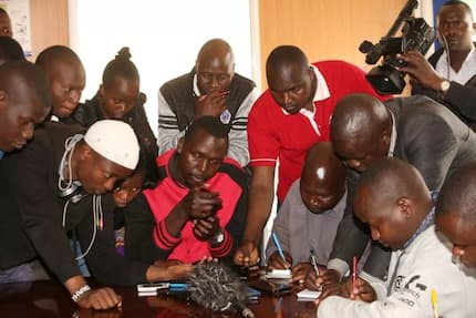 Eldoret journalists caught following press conference on phone