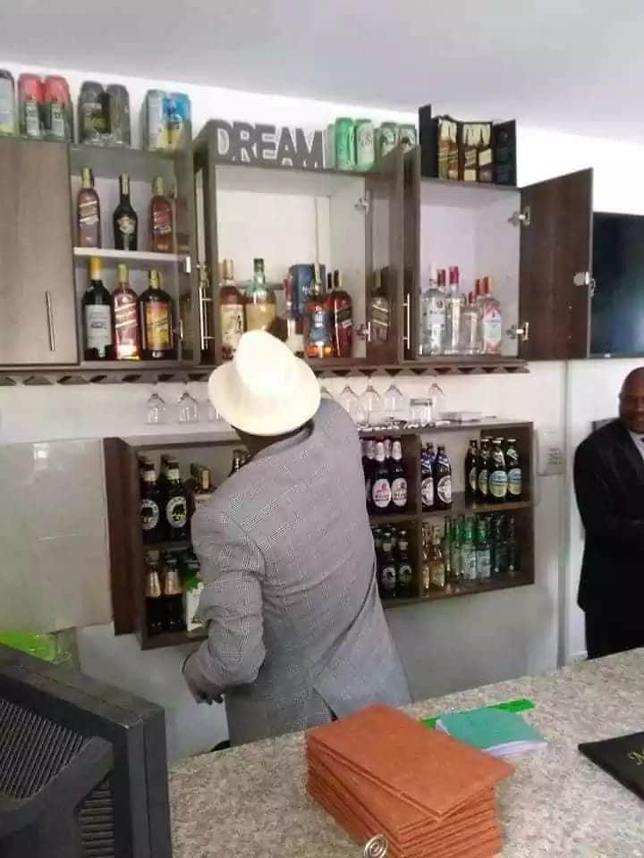 Raila turns waiter, serves drinks at launch of high end Kitui restaurant