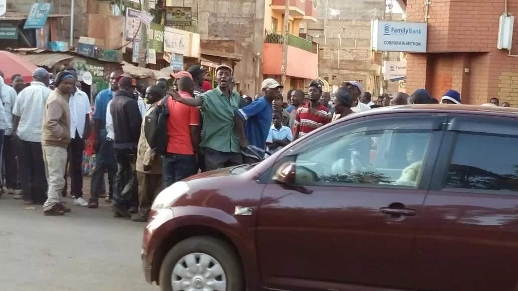 Huge crowd surrounds Githunguri police station