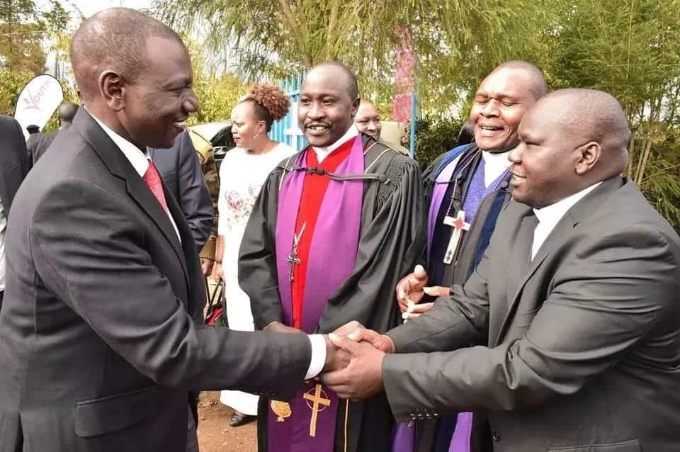 DP Ruto azidi kuonyesha jeuri ya pesa, asema ataendelea kuzimwaga makanisani