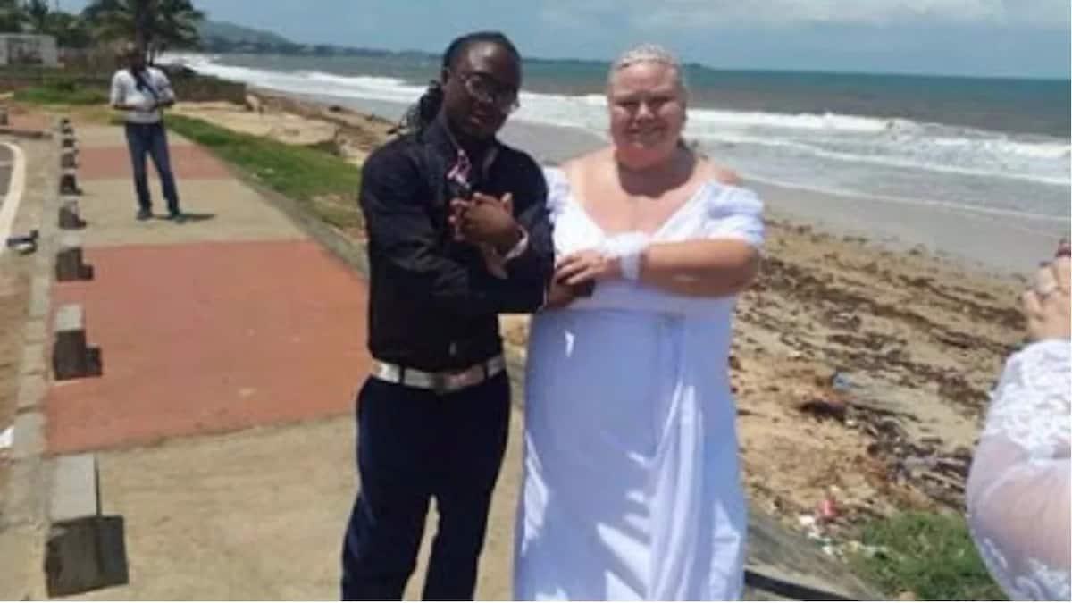 Mwanamuziki wa Kiafrika amwoa kikongwe mzungu!