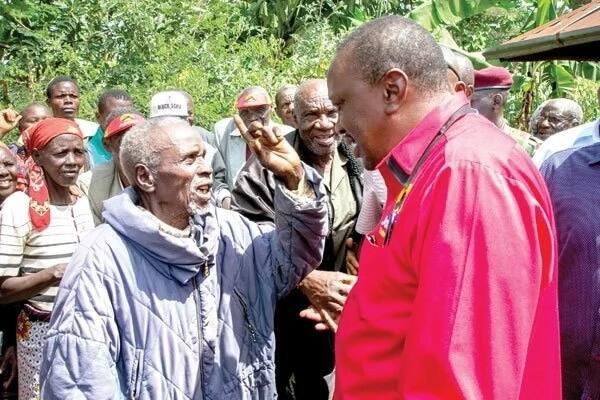 Uhuru Kenyatta with old man from Kisii county. PSCU