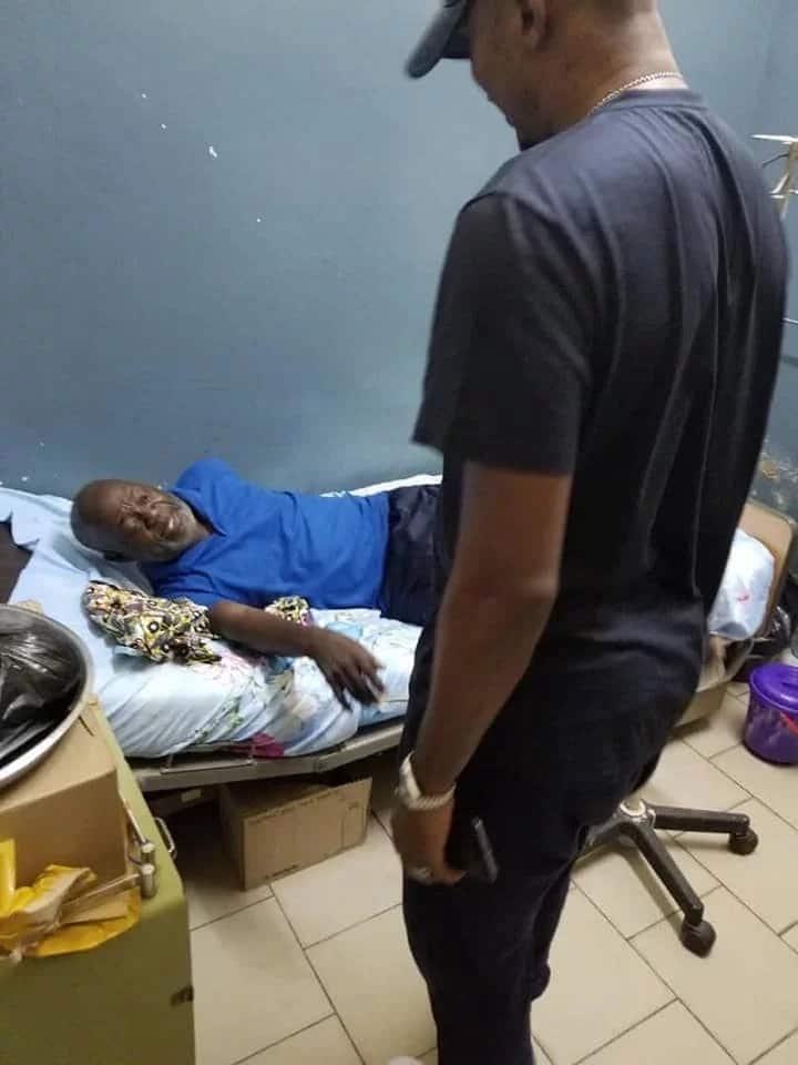 Nyota wa soka Cameroon Samuel Eto'o amsaidia nahodha wa zamani Nobert Owona