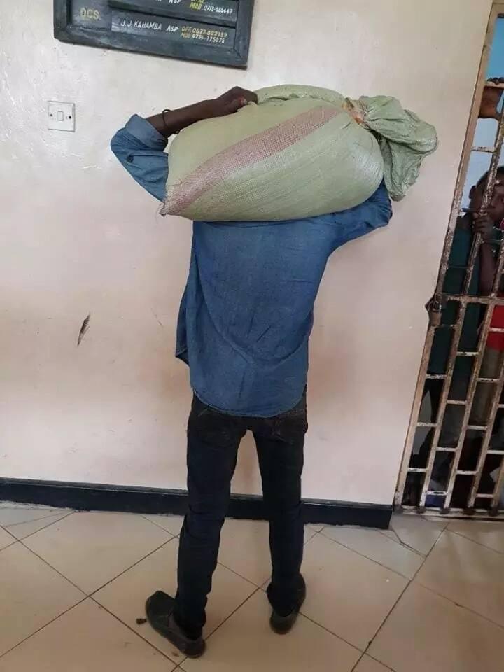 Jamaa ajisalimisha polisi baada ya mzigo alioiba kukwama mabegani (Picha/Video)