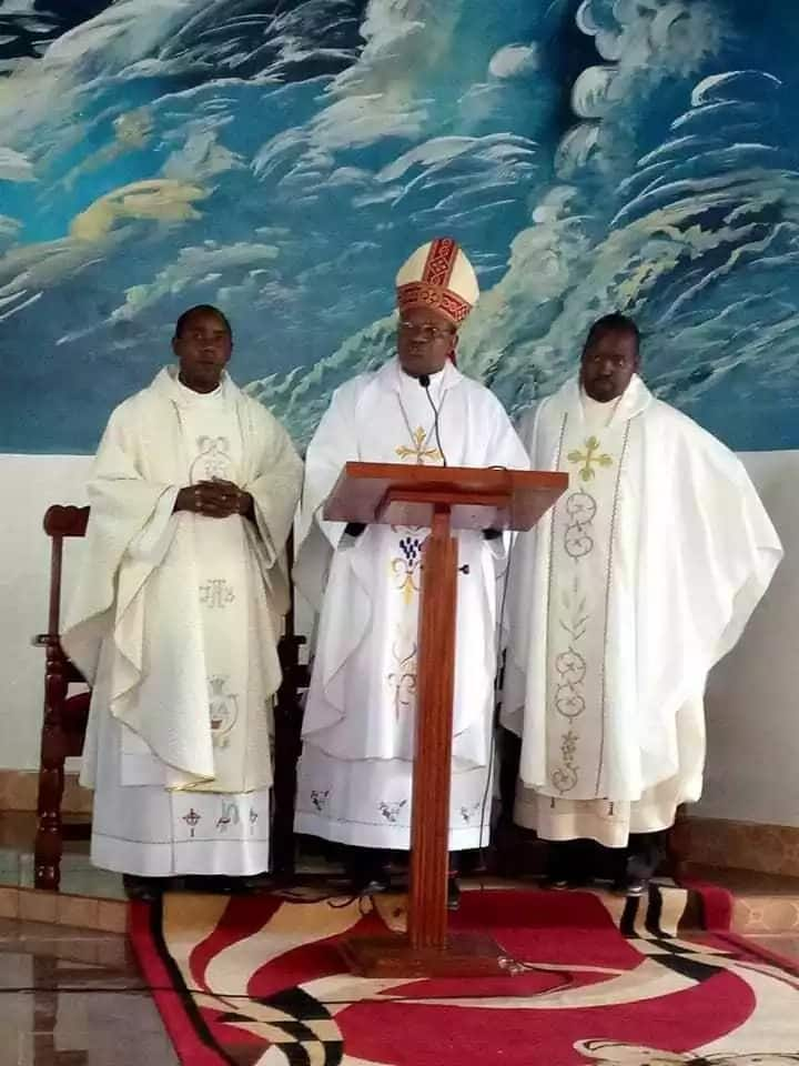 Msilete kanisani matoleo yanayotokana na ufisadi – Askofu mkuu wa kanisa katoliki atangaza