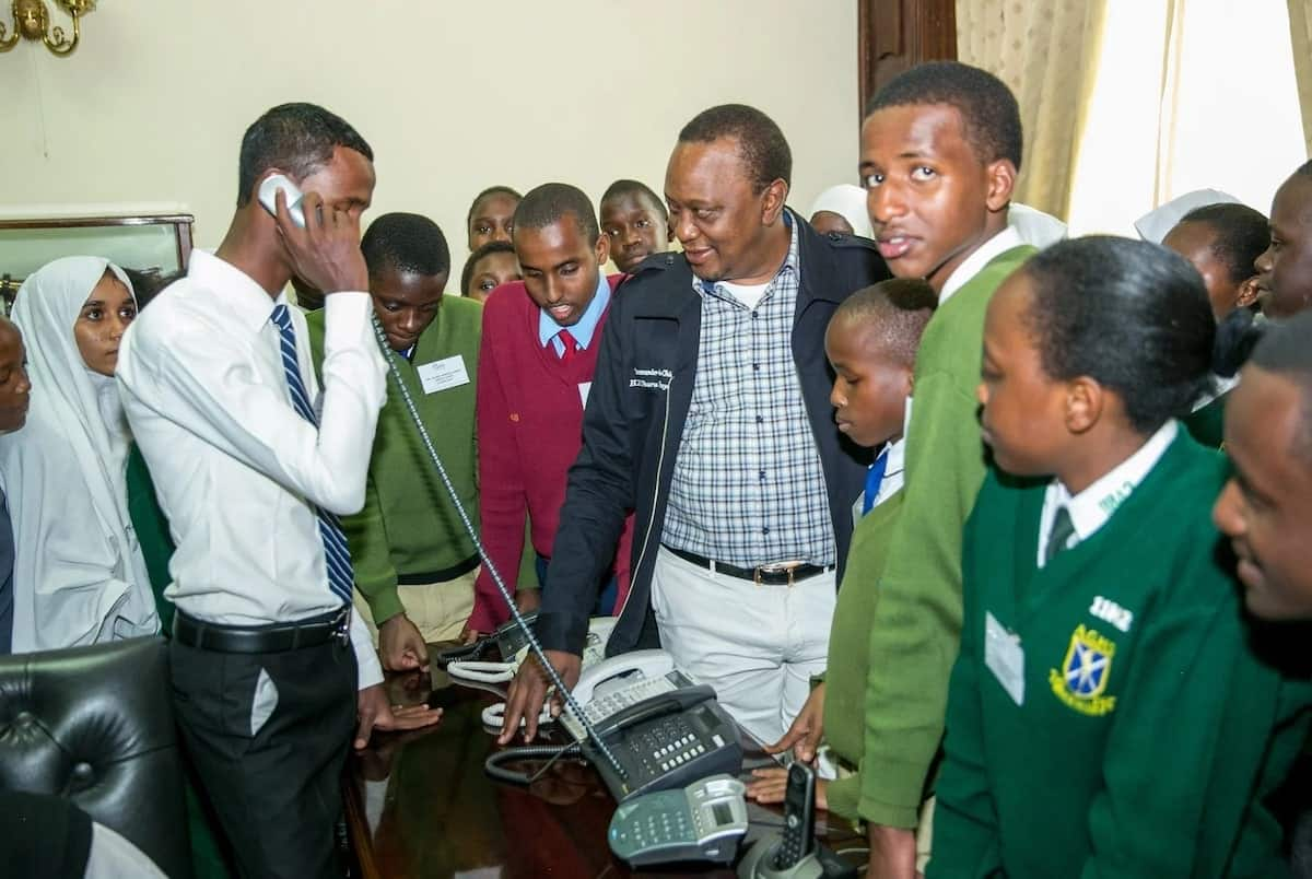 Uhuru lets student make surprise call to Ruto from State House phone
