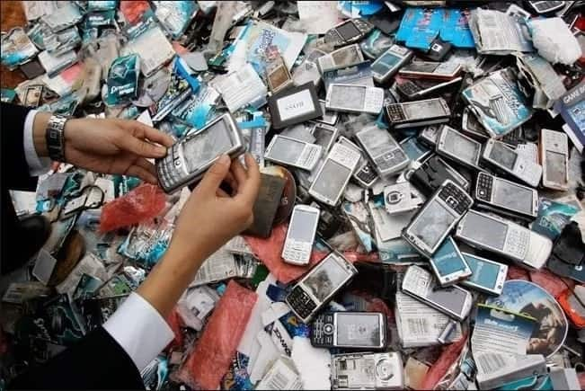 13 iconic cell phone photos only those born before the 2000s will appreciate