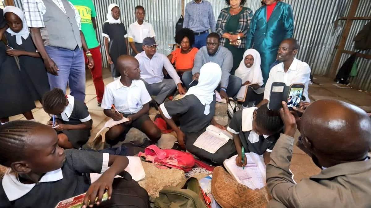 Kituo cha mafunzo cha Raila wanafunzi wanakokalia mawe