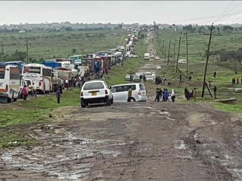 Transport along Mombasa-Nairobi Highway paralyzed for hours after river Sultan Hamud burst its banks