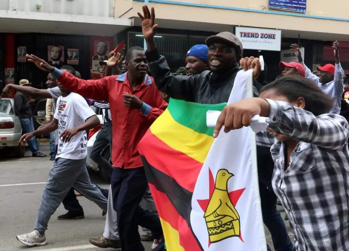 Kwaheri! Kwaheri Mugabe! Maelfu ya raia Zimbabwe wamiminika mtaani kushangilia