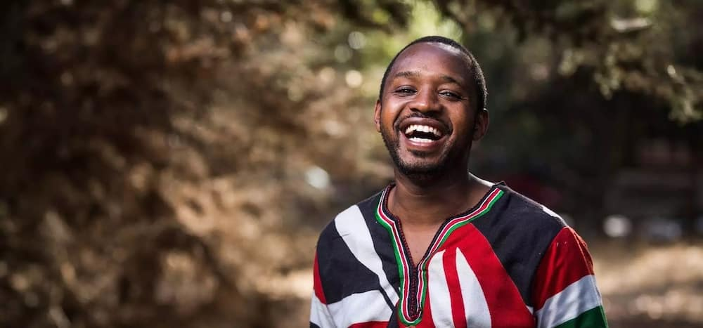 Netizens hail activist Boniface Mwangi for standing up against police vehicle driving on wrong side of road
