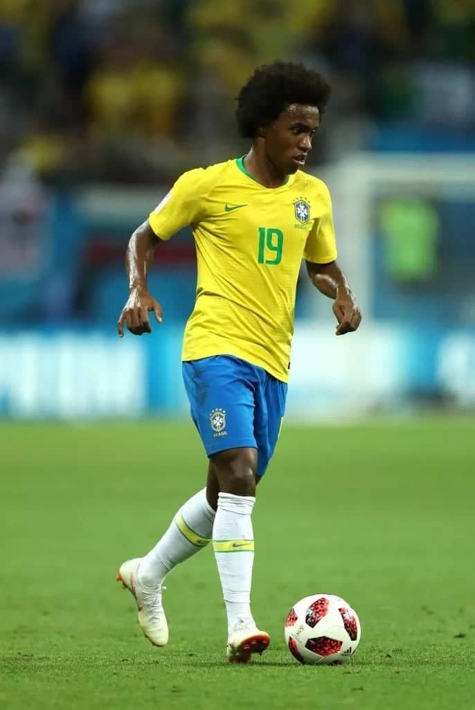 Manchester United close in on Chelsea Brazilian winger Willian