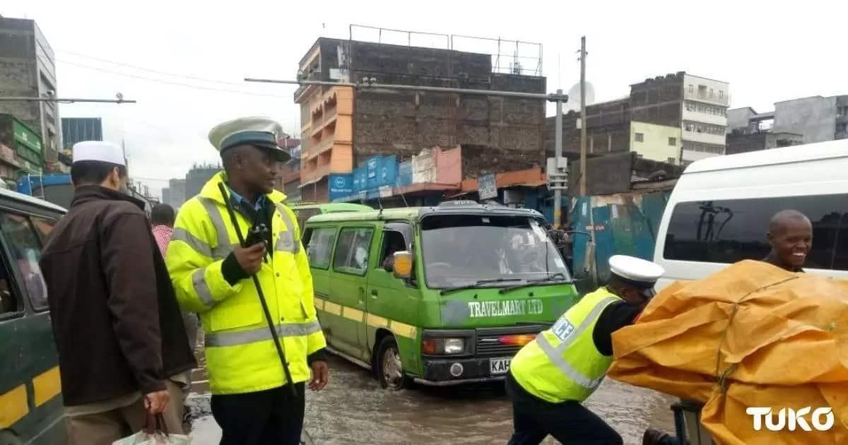 Maafisa wa trafiki walazimika kuingia matopeni kuyakwamua magari, mafuriko yazidi Nairobi(picha)