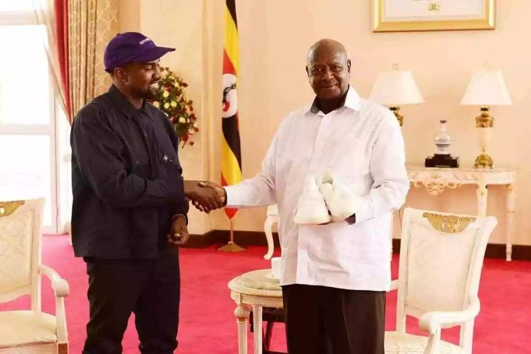 Kanye West na Kim Kardashian katika ziara Uganda wampa Museveni zawadi ya kipekee