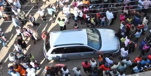 Motorist robbed in broad daylight as Kenyans watch