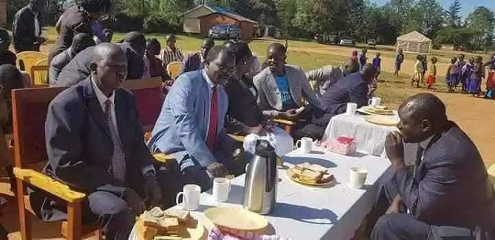 Picha za Gavana Lenyangapuo akishiba huku wanafunzi wakimeza mate zawaudhi wengi