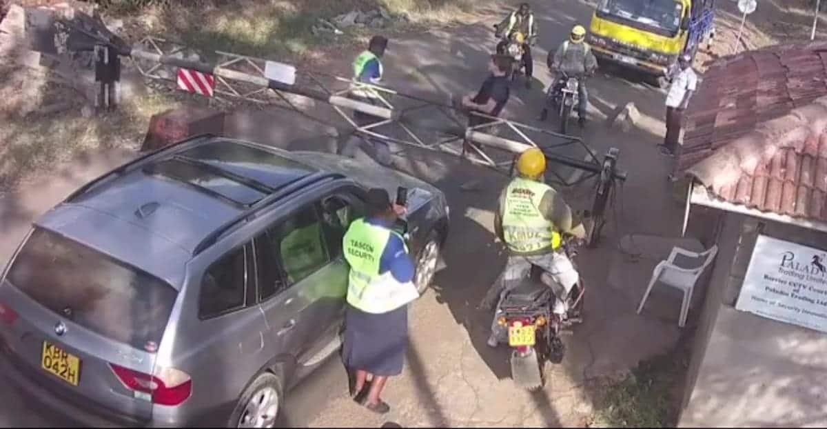 Mzungu anaswa kwenye kamera akiwakabili walinzi, alikataa kutia saini kitabu cha wageni