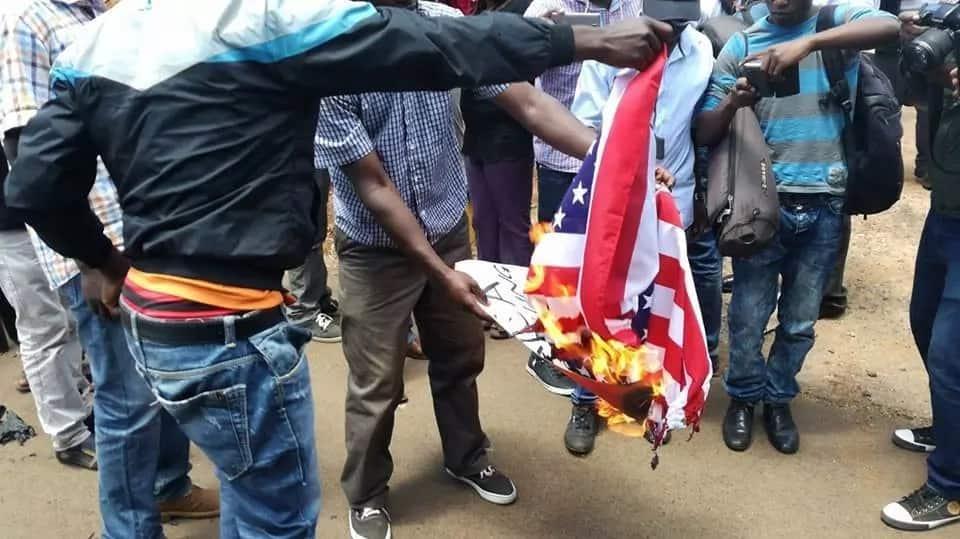 Wafuasi wa NASA waliojawa na ghadhabu waiteketeza bendera ya Marekani karibu na ubalozi wake Gigiri