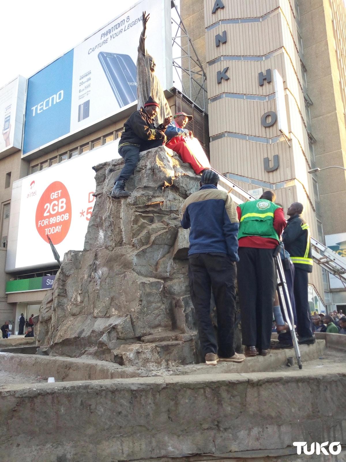 Man chains himself on Tom Mboya's statue, blames Uhuru and Sonko