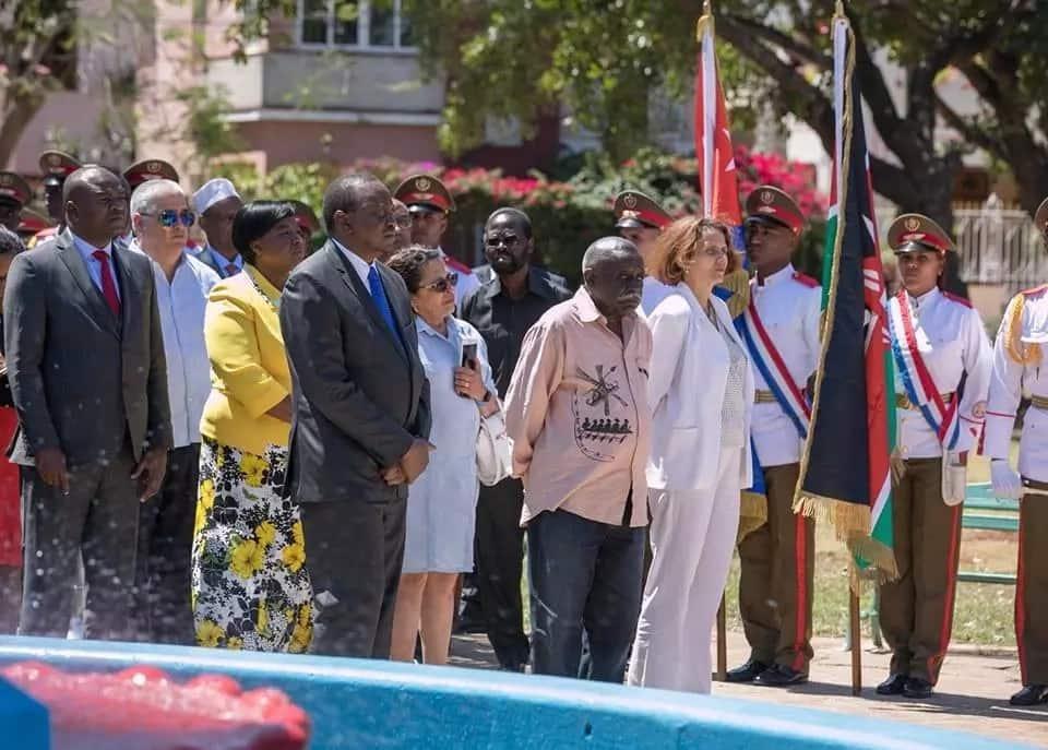 Wakenya washangazwa baada ya kumwona gavana wa ODM katika ziara ya Rais Uhuru, Cuba (picha)