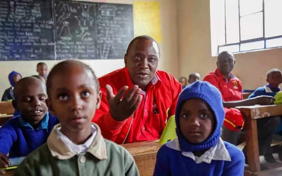 Rais Uhuru na William Ruto wajifanya wanafunzi wa darasa la kwanza Ukambani (Picha)