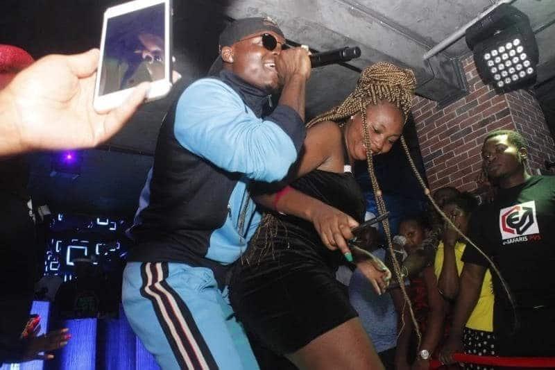 Picha za kuchekesha za mwimbaji Harmonize akijimwagilia baada ya 'kumsugua' binti Mkenya kwenye steji