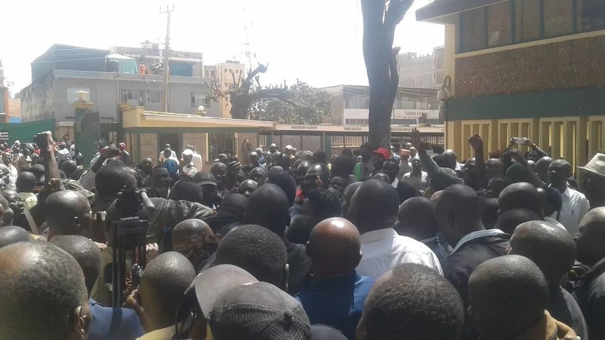 Gavana wa Trans Nzoia awafungia nje wafanyikazi 70 kwa kuchelewa kazini