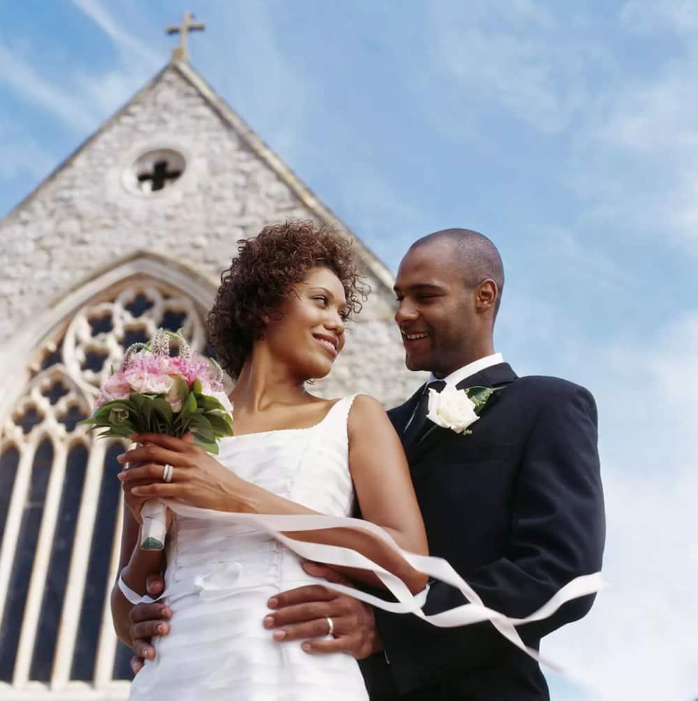 нас жути брак между темнокожим парнем и белой девушкой всему прочему