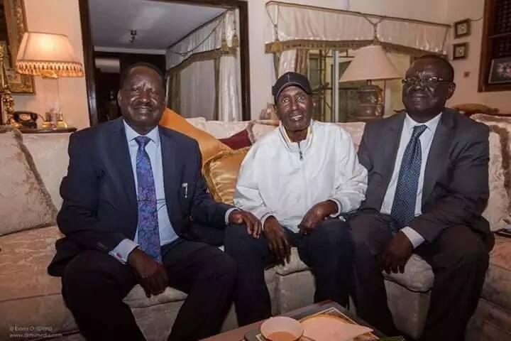 Raila amtembelea bilionea anayeugua Chris Kirubi nyumbani kwake Loresho