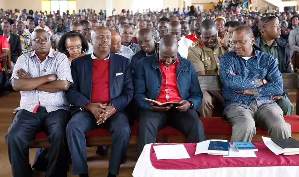 DP Ruto comes to the rescue of Uhuru and Gideon Moi as they struggle to find a verse in Bible (video)