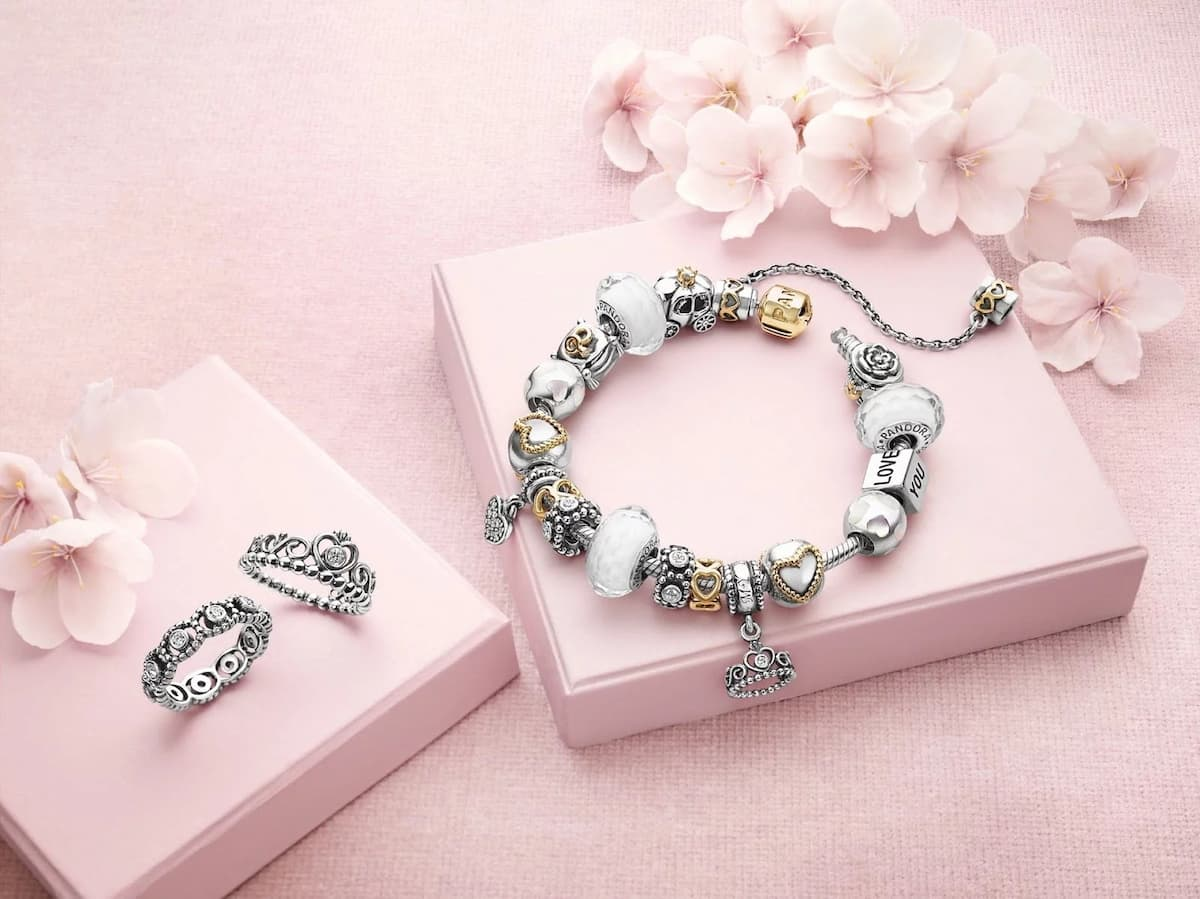 Best ideas for Valentine Day gifts for her. Surprise your soul mate