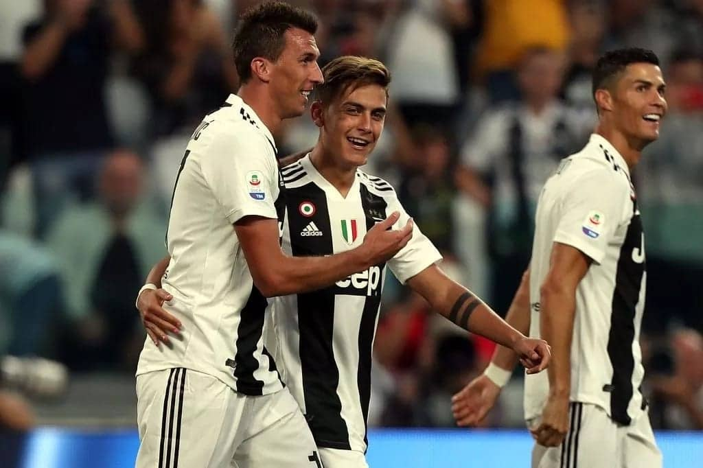 Mario Mandzukic's nets brace as Juventus beat Napoli to remain top of Serie A