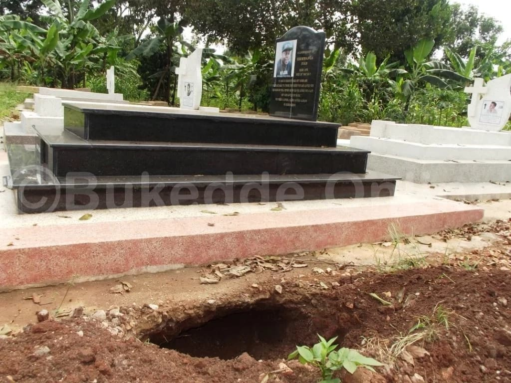 Controversial photos emerge that suggest Zari Husband's deceased ex-husband was robbed in his resting place
