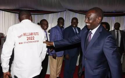 MCA wa Kirinyaga amsisimua Ruto kwa shati lake lenye ujumbe mtamu wa 2022