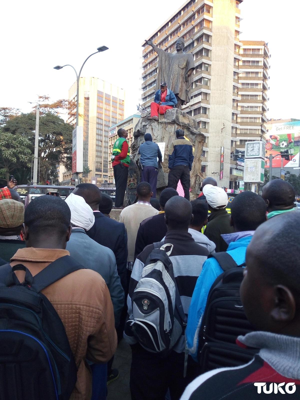 Jamaa ajifunga kwa mnyororo Nairobi, adai Uhuru na Sonko walimdanganya