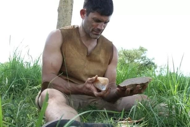 Meet professor who lives in CAGE and teaches his students how to live like Stone Age humans (photos)