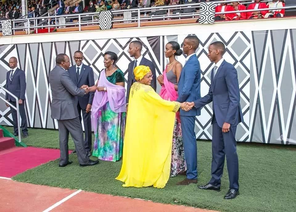 Woooooi… Urefu wa familia ya Paul Kagame jamani umetisha. Angalia wanavyofanya Uhuru na Margaret Kenyatta kuonekana mbilikimo