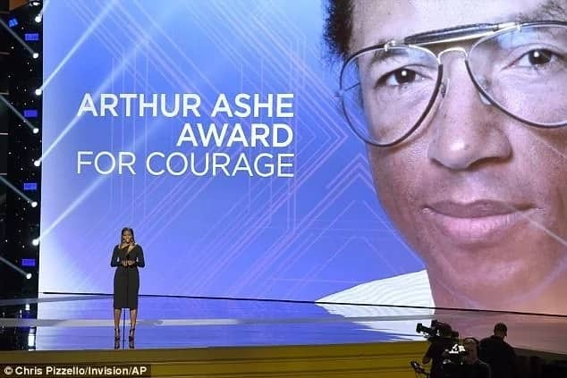 Michelle on stage while introducing the award. Photo: Chris Pizzello/Invision/AP