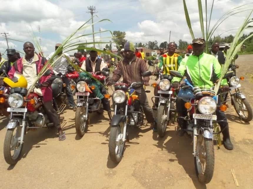 Wahudumu wa bodaboda 300 wafululiza hadi Meru na kumchukua mshukiwa wa wizi wa pikipiki mikononi mwa polisi na kumteketeza