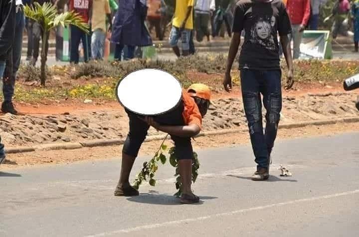 Maajabu yanayofanyika kwa ajili ya baba: Mwanamke mfuasi wa Raila abaki uchi katika maandamano(picha)