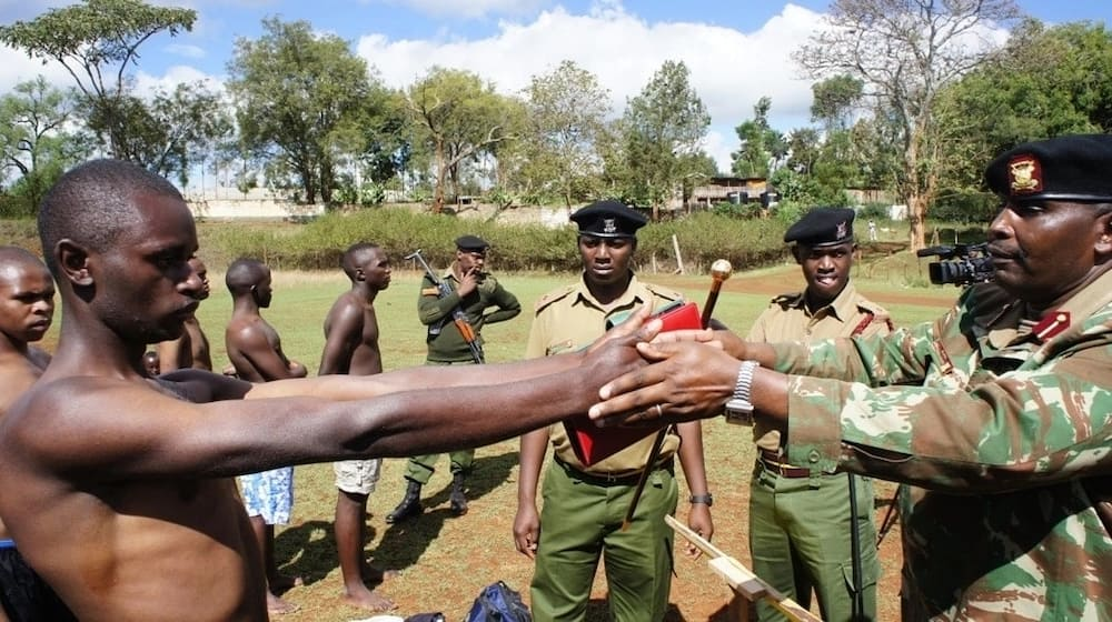 Nairobi man has narrated how police officer extorted him, took his phone and fulizad maximum amount from him.