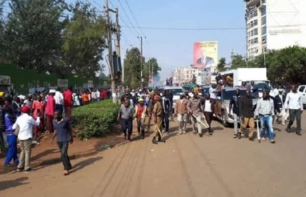 Crowd in Thika pelts Raila's motorcade with stones and TUKO.co.ke has all the details