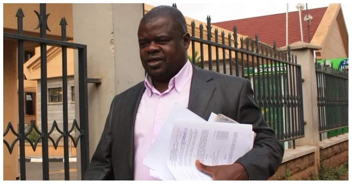 Activist Okiya Omtatah going to court to file a petition.