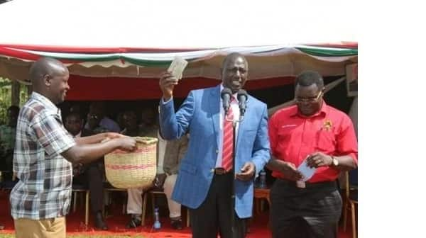 Controversial video emerges showing Uhuru and Ruto giving KSh 70M in cash in a Harambee