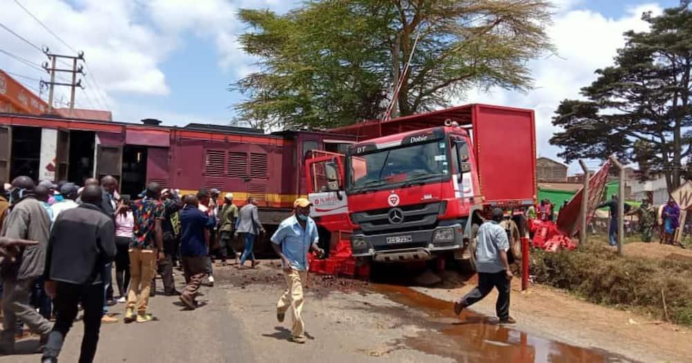 Wenyeji wa Karatina Wang'ang'ania Soda za Bure Baada ya Treni Kugongana na Lori