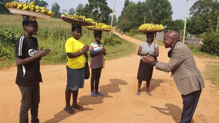 Photo of Boni Khalwale Bowing Before 4 Banana Vendors to Confirm UDA Popularity Angers Kenyans