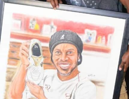 Brazilian football legend Ronaldhino receives well crafted portrait from Kenyan artist